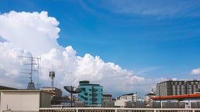 Cityscape met wolken en hemelachtergrond stock foto's