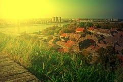 Cityscape in Novi Sad, Servië, in zonsonderganglicht Royalty-vrije Stock Fotografie