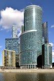 cityscape Nowo?ytni drapacz chmur przeciw niebieskiemu niebu i chmurom moscow Rosji zdjęcie stock