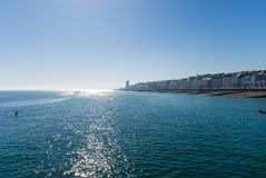 Cityscape och hav som ses från pir med vattenbrusanden royaltyfri bild
