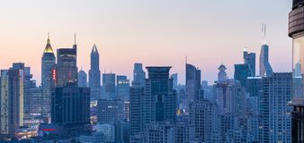 Cityscape och horisont på skymning royaltyfri bild