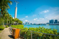 Cityscape och landskap av Singapore Sikt av kabelbilar från den Sentosa ön till stationen för HarbourFront kabelbil royaltyfria foton