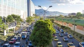 Cityscape och trafik på vägen I det Poblado området, Medellin arkivbild