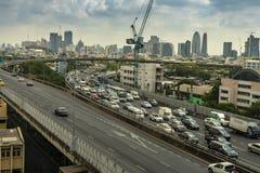 Cityscape och trans. med motorvägen och trafik i dag från skyskrapa av Bangkok arkivbild
