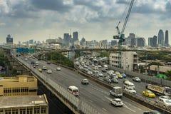 Cityscape och trans. med motorvägen och trafik i dag från skyskrapa av Bangkok royaltyfri bild