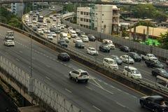 Cityscape och trans. med motorvägen och trafik i dag från skyskrapa av Bangkok royaltyfria foton