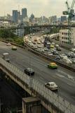 Cityscape och trans. med motorvägen och trafik i dag från skyskrapa av Bangkok arkivfoto