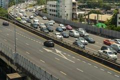 Cityscape och trans. med motorvägen och trafik i dag från skyskrapa av Bangkok royaltyfri foto