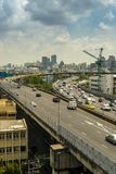 Cityscape och trans. med motorvägen och trafik i dag från skyskrapa av Bangkok royaltyfri fotografi