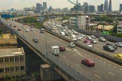 Cityscape och trans. med motorvägen och trafik i dag från skyskrapa av Bangkok arkivbilder
