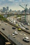 Cityscape och trans. med motorvägen och trafik i dag från skyskrapa av Bangkok royaltyfria bilder