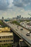 Cityscape och trans. med motorvägen och trafik i dag från skyskrapa av Bangkok fotografering för bildbyråer
