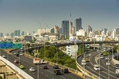 Cityscape och trans. med motorv?gen och trafik i dag fr?n skyskrapa av Bangkok fotografering för bildbyråer