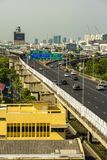 Cityscape och trans. med motorv?gen och trafik i dag fr?n skyskrapa av Bangkok royaltyfria bilder
