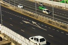Cityscape och trans. med motorv?gen och trafik i dag fr?n skyskrapa av Bangkok arkivfoto