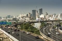 Cityscape och trans. med motorv?gen och trafik i dag fr?n skyskrapa av Bangkok arkivbild