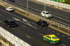 Cityscape och trans. med motorv?gen och trafik i dag fr?n skyskrapa av Bangkok arkivbilder
