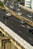 Cityscape och trans. med motorv?gen och trafik i dag fr?n skyskrapa av Bangkok royaltyfria foton