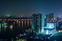Cityscape op nachtscène van rivier en brug Stock Afbeeldingen