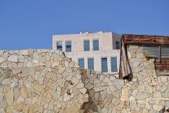 Cityscape oude ruïnes op de achtergrondmuur van het nieuwe gebouw de straten van Jeruzalem Stock Fotografie