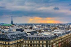 Cityscape over Parijs bij schemer Stock Foto's