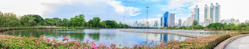 Cityscape på Benchakitti parkerar, Thailand Royaltyfri Fotografi