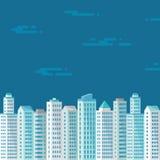 Cityscape på den blåa bakgrunden i plan stil för presentation, häfte, broschyr och olik design arbetar Arkivfoto