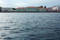 Cityscape på Neva River i St Petersburg, Ryssland Arkivfoto