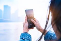 Cityscape på smartphonen Sikt till och med skärmen på den Shanghai staden på kvinnaskärmen, Kina arkivbild