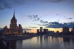 Cityscape på solnedgången och kontorsbyggnader på bakgrund Arkivbild
