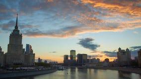 Cityscape på solnedgången och kontorsbyggnader på bakgrund Arkivbilder