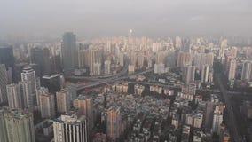 Cityscape p? soluppg?ng Skyskrapor upptar allt utrymme till horisonten och döljas i ogenomskinligheten arkivfilmer