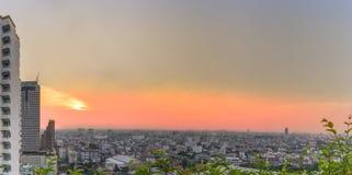 Cityscape: Panoramautsikt av solnedgången och staden Royaltyfria Bilder