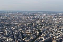 Cityscape - Parijs Frankrijk van op een zonnige dag hierboven wordt gezien die Zichtbaar Arc de Triomphe stock foto's