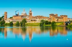 Cityscape reflekterad i vatten Mantova Italien Royaltyfria Foton