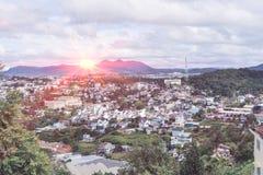 Cityscape rond aard op ochtend met zonsopgang Stock Afbeelding