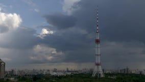 Cityscape Timelapse med Tv-torn och stormmoln arkivfilmer