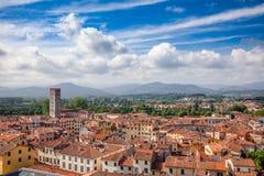 Cityscape Tuscany Italien för Lucca gammal stadtak Fotografering för Bildbyråer