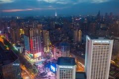 Cityscape under natten Royaltyfri Foto