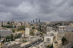 Cityscape van Amman de stad in met wolkenkrabbers bij achtergrond, Jord Stock Fotografie
