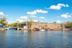 Cityscape van Amsterdam, Magere Brug ook als Magere Brug wordt bekend en de Kluis Amsterdam zijn zichtbaar in de afstand die Stock Foto