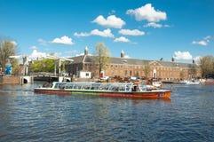 Cityscape van Amsterdam, toeristen geniet kanaal van cruise die, Magere Brug ook als Magere Brug en Kluis Amsterdam wordt bekend Stock Foto