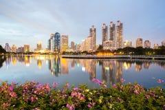 Cityscape van Bangkok, Bedrijfsdistrict met Park in de Stad Stock Foto's