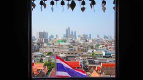 Cityscape van Bangkok met Nationale Thaise vlag, Thailand stock video