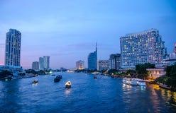 Cityscape van Bangkok met rivier en boot bij nacht Royalty-vrije Stock Fotografie