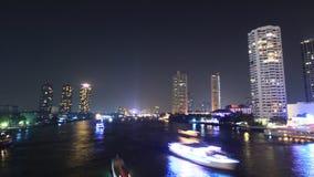 Cityscape van Bangkok wolkenkrabber op de rivier, de bezige stad van de verkeersrivier, tijdtijdspanne stock videobeelden