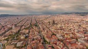 Cityscape van Barcelona van de de zomerdag de luchttijdspanne van de panorama4k tijd Spanje stock videobeelden