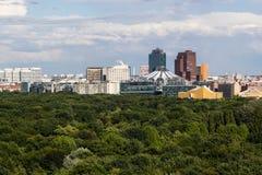 Cityscape van Berlijn met Tiergarten-park in voorgrond stock afbeeldingen