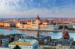 Cityscape van Boedapest met het parlement, Hongarije Stock Foto's