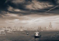 Cityscape van boten in haven stock fotografie